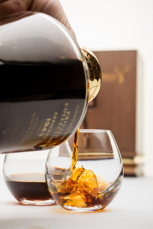 G&M PC Glenlivet 1943 whisky pouring (2)